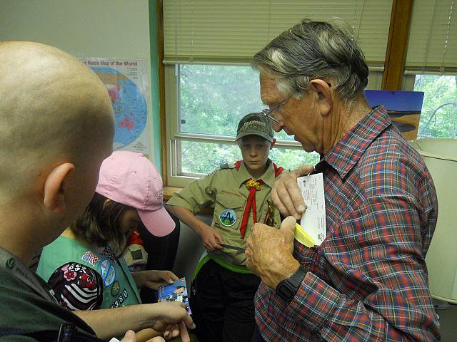 W0AIH showing QSL cards to scouts